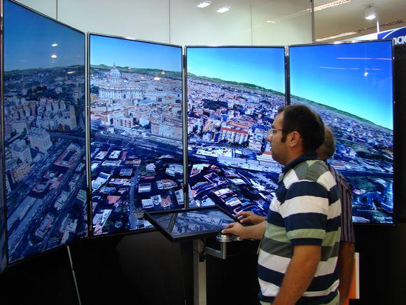 Tecnologia Liquid Galaxy atraiu a atenção do público no MundoGEO#Connect 2013